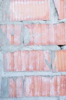 Blootgestelde bakstenen muur met beton