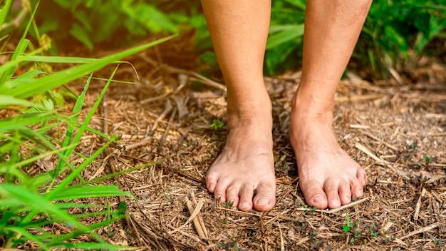 Blote voeten van een arme vrouw.