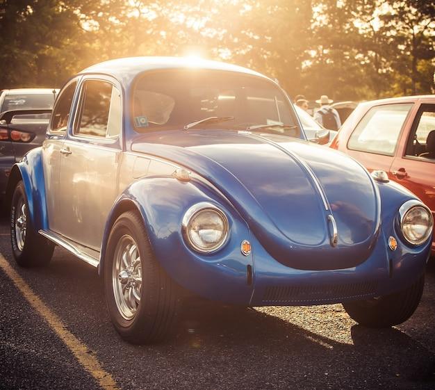 Blue beatle staat op de weg