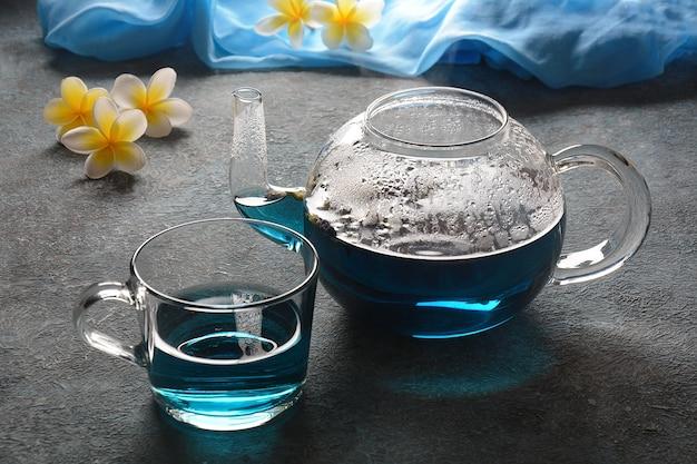 Blue butterfly pea tea in een theepot