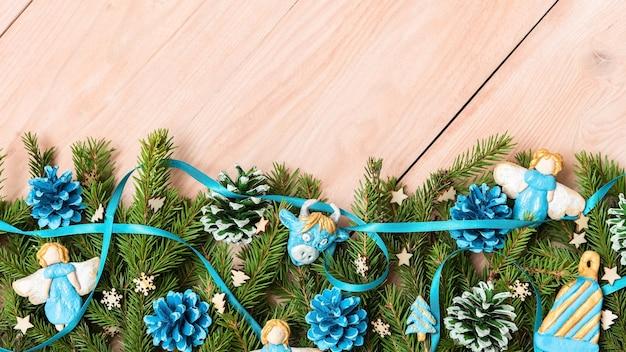 Blue christmas angels op vuren takken van de fir tree.