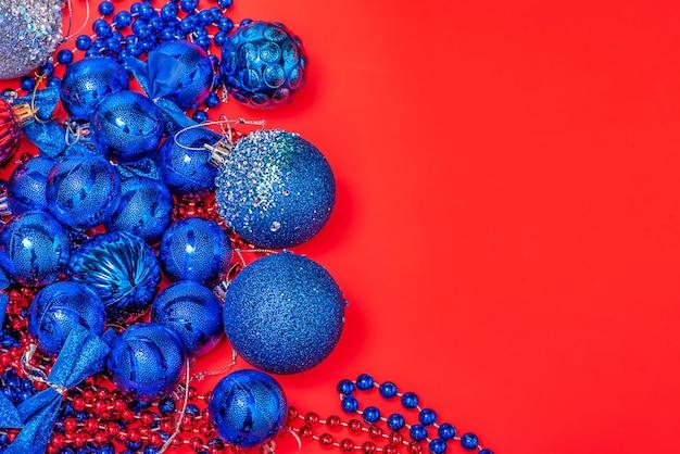 Blue christmas speelgoed op een rode achtergrond. nieuwjaars sieraad.