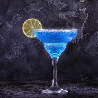 Blue curacao cocktail versierd met fruit