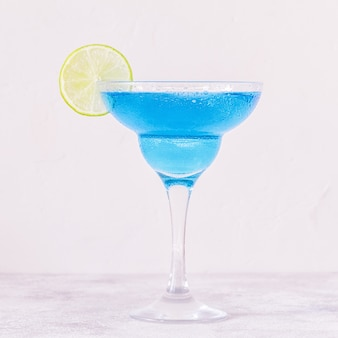 Blue curacao cocktail versierd met limoen