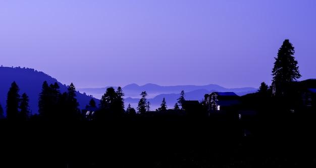 Blue hour-zonsondergang vanaf highland met gorgit, artvin, turkije
