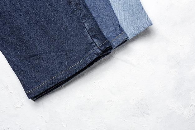 Blue jeans broek kleren stapel achtergrond. detail van mooie spijkerbroek