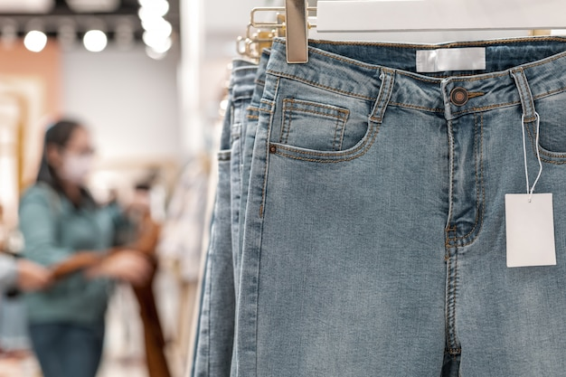 Blue jeans met witte lege prijskaartje