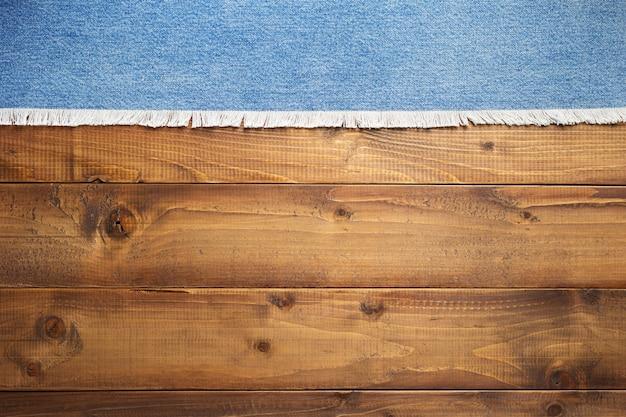 Blue jeans textuur op houten achtergrond, bovenaanzicht