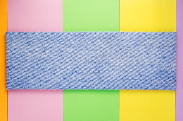 Blue jeans textuur op papier achtergrond, bovenaanzicht