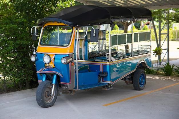 Blue tuk tuk thaise traditionele taxi in thailand