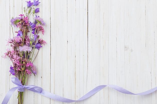 Bluebel bloeit om witte houten achtergrond