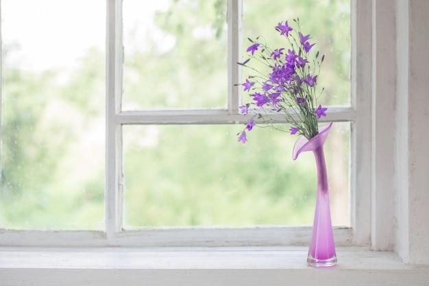 Bluebell in vaas op vensterbank