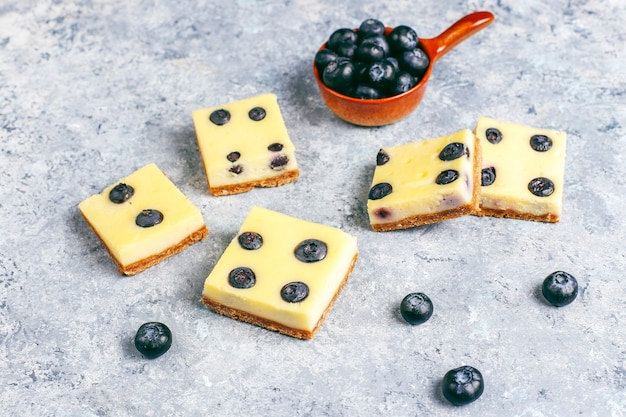 Blueberry cheesecake bars met honing en verse bessen.