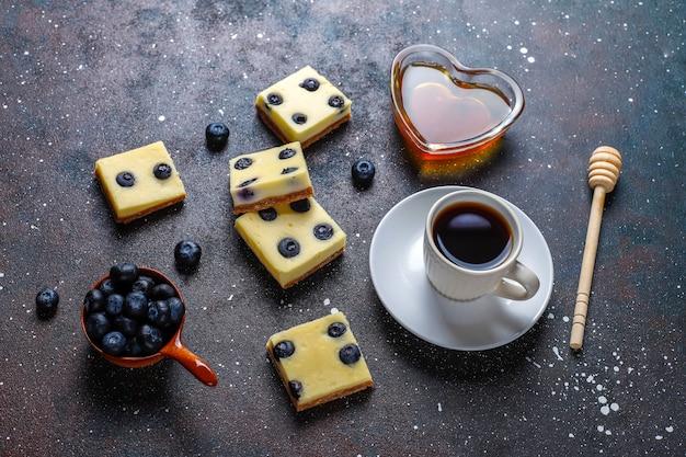 Blueberry cheesecake repen met honing en verse bessen.