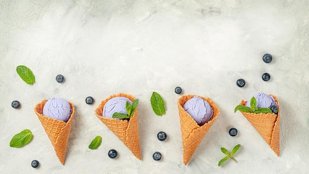 Blueberry ijs kegels achtergrond. zelfgemaakte lactosevrij, kopieer ruimte.