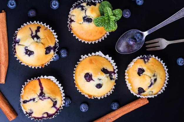 Blueberry muffins met poedersuiker en verse bessen
