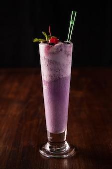 Blueberry smoothie op houten tafel