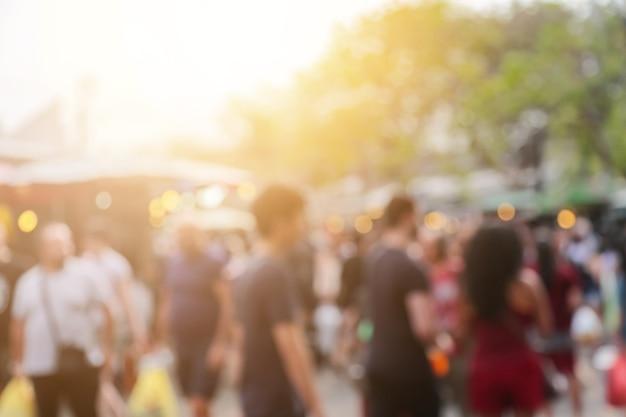 Blur van mensen en milieu op de achtergrond van de weekendmarkt