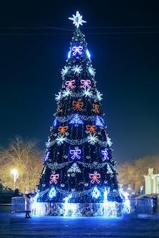 Blured blauwe kerstboom met kleurrijke magische lichten