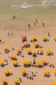 Boa viagem strandbaders en kleurrijke parasols recife pernambuco brazilië op 27 september 2008