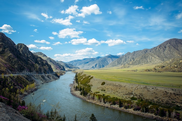 Bocht van de katun-rivier, chui-kanaal, weg naar mongolië.