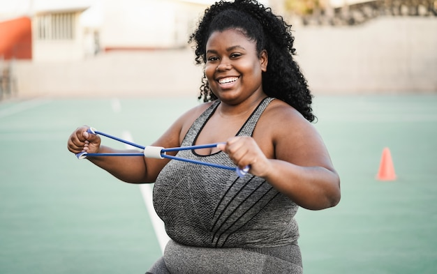 Bochtige afrikaanse vrouw doet een trainingssessie buiten