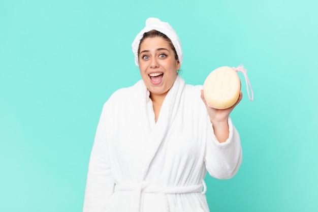 Bochtige mooie vrouw na een douche in badjas