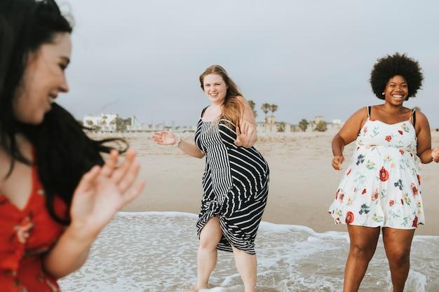 Bochtige vrouwen op het strand