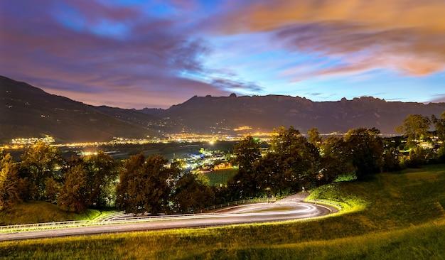 Bochtige weg richting vaduz in liechtenstein 's nachts