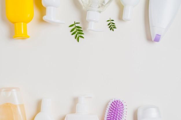 Bodem en bovenste rand gemaakt met cosmetische producten op witte achtergrond