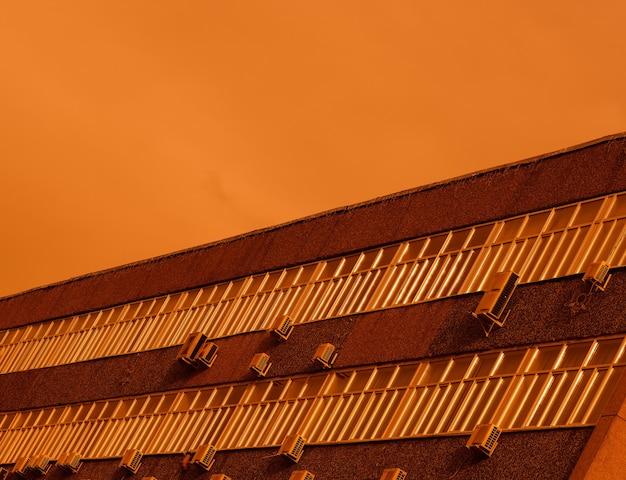 Bodem uitgelijnde zonsondergang fabrieksachtergrond