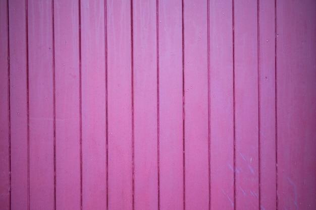 Bodem van verticale planken in fel roze of paars hout