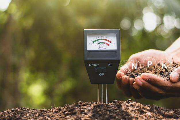 Bodemmeter wordt gebruikt op leem voor aanplant, meet de zuurgraad van de bodem.