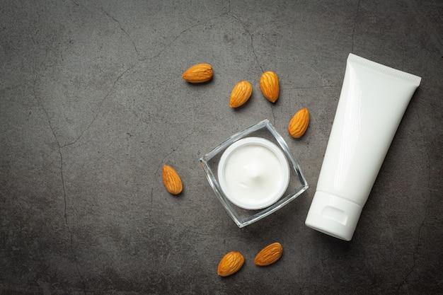 Body amandel moisturizer op donkere achtergrond