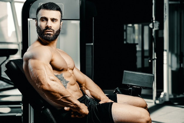 Bodybuilder atletische man training spieren oefenen