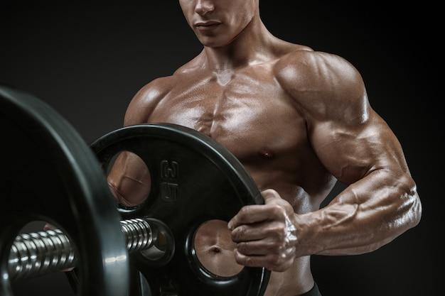 Bodybuilder bereidt zich voor om oefeningen met barbell te doen