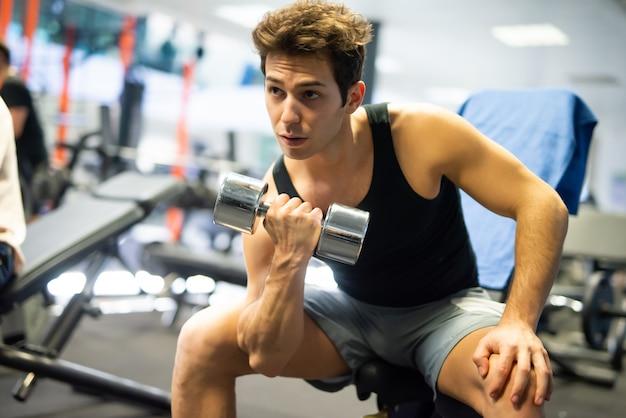 Bodybuilder die een domoor gebruikt om in een gymnastiek uit te werken