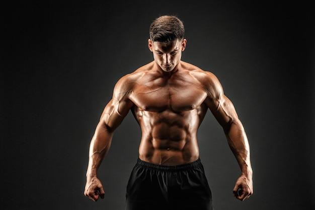 Bodybuilder die zijn spieren toont