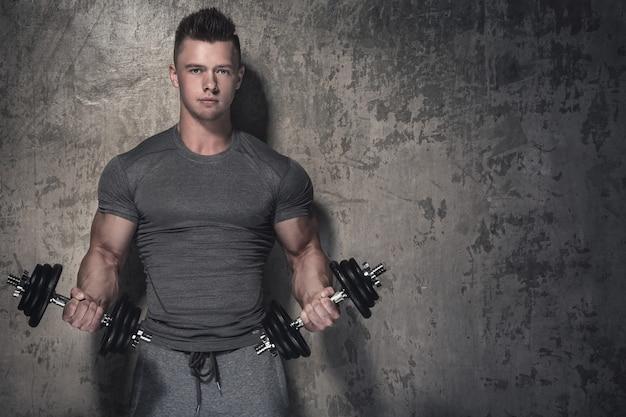 Bodybuilder doet biceps krullen met halters