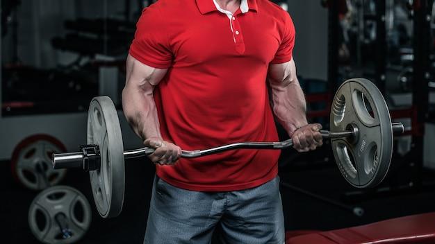 Bodybuilder doet een barbell in de sportschool