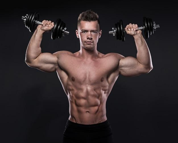 Bodybuilder doet oefeningen met halters