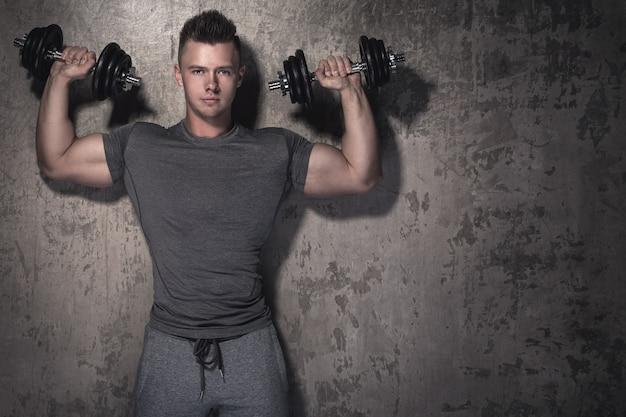 Bodybuilder doet overhead pers oefening