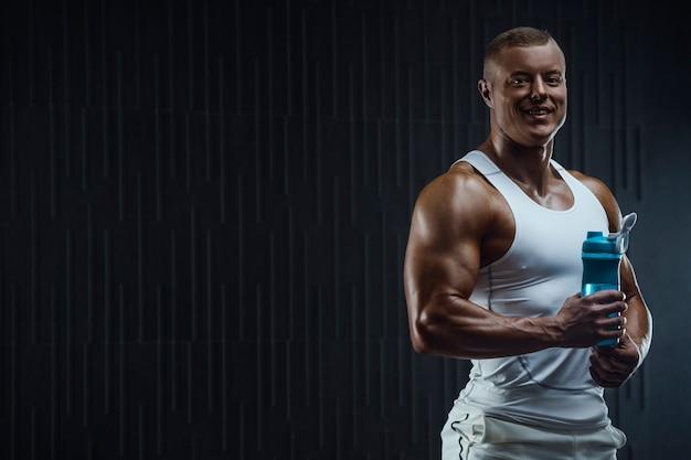 Bodybuilder drinkwater na fitnesstraining