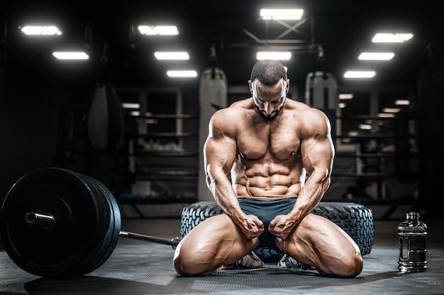 Bodybuilder eiwitpoeder na fitnesstraining