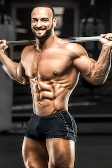 Bodybuilder fitness man oppompen van benen spieren