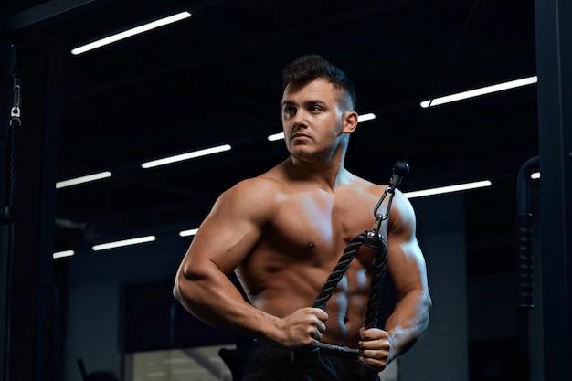 Bodybuilder houdt zich bezig met de sportschool.