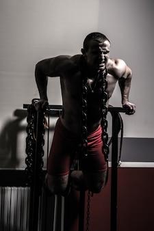 Bodybuilder in de sportschool voert oefeningen voor bodybuilding uit.