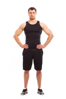 Bodybuilder in fitwear geïsoleerd stellen