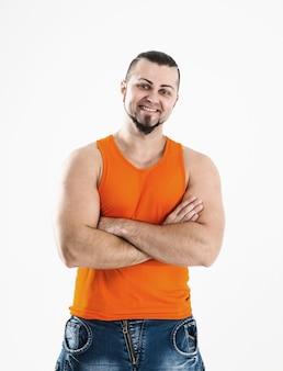 Bodybuilder in jeans en oranje t-shirt.