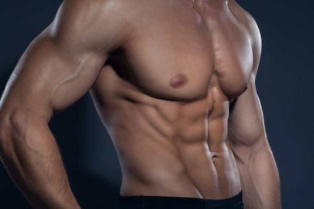 Bodybuilder man met een gedefinieerd lichaam